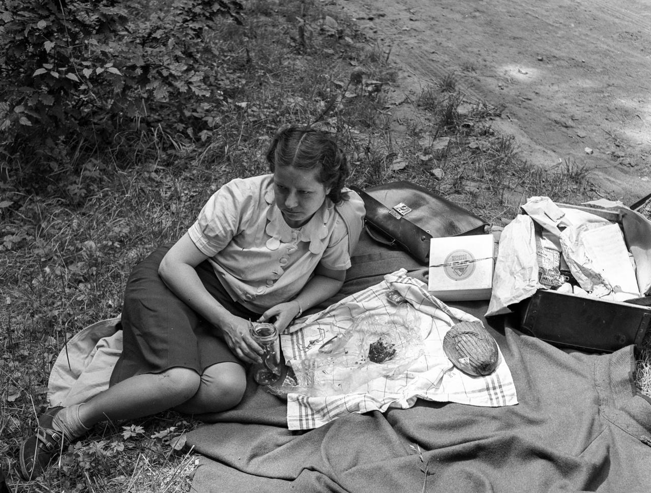 A II. világháború alatt már egyre kevesebben engedhették meg maguknak az ilyen piknikezést, mint a hölgy ezen az 1943-as képen. Az arányos elosztásról szóló rendelet szerint finom lisztből vagy száraz tésztafélékből havonta 2 kg, kenyérből pedig napi negyed kiló volt a fejadag. Az 1942-ben életbe lépett rendszer a vendéglőkre, kávéházakra is kiterjedt, így a betérő vendégek nem csak a kenyérhez, zsemléhez, de a főtt tésztákhoz vagy süteményekhez is csak az úgynevezett lisztváltójegy, más néven tésztajegy birtokában juthattak hozzá.