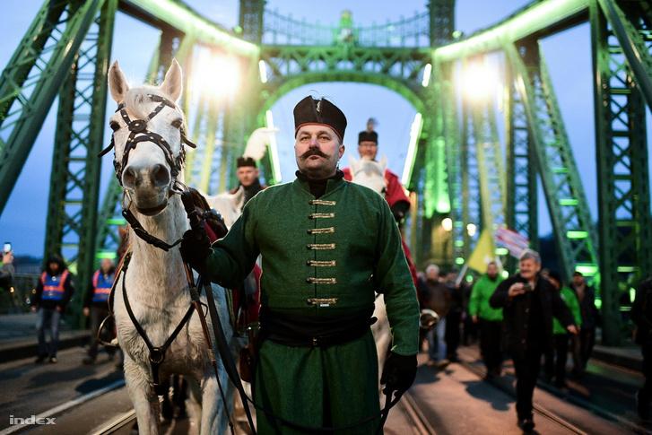 A több száz résztvevő végül fél 6 után indult el,  a menetet három fehér és egy jóval kisebb barna lovon ülő hagyományőrző lovas vezeti