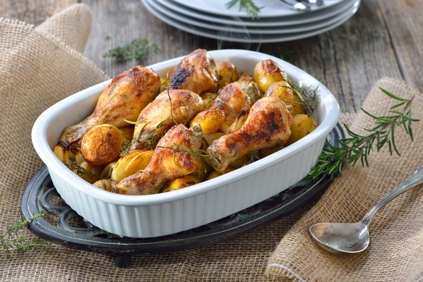 Hagymás, krumplis egybesült csirkecomb: ízes, szaftos a hús, a bőre ropogós