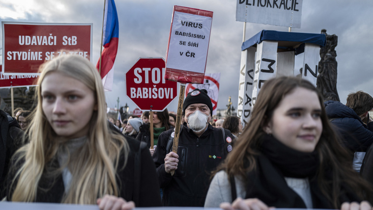 Andrej Babis cseh miniszterelnök és kormánya ellen tüntetnek Prágában 2020. március 1-jén.