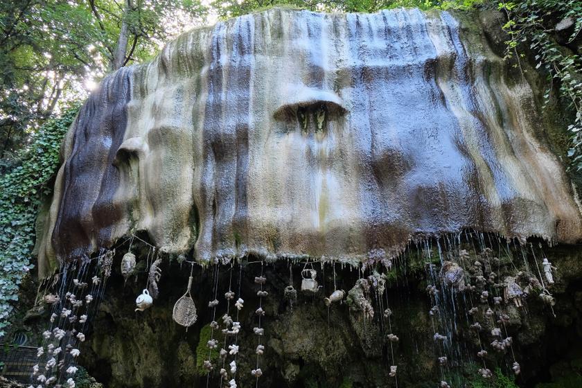 A forráshoz különböző tárgyakat akasztottak, hogy a látogatók láthassák a kővé válás varázslatát.