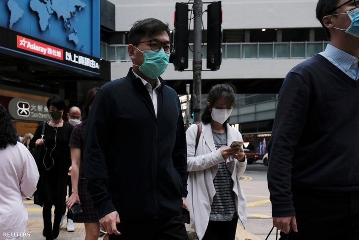 Arcmaszkban sétáló emberek a mai napon Hongkongban