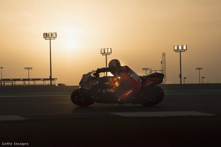 Danilo Petrucci, a Ducati Teamrounds versenyzője tesztel a katari pályán 2020. február 24-én