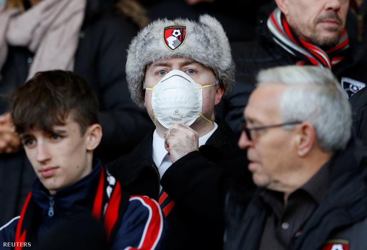 Bournemouth szurkoló arcmaszkban a szombati Chelsea elleni mérkőzésen