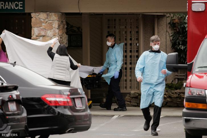 Ápolók szállítanak el beteget a mai napon a kirklandi Lice Care öregek otthonából, ahonnan a három megerősített koronavírusos betegből kettőt tartózkodott
