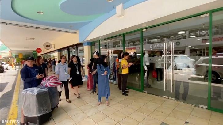 Biztonsági őr zárja el a Greenhills bevásárlóközpont bejáratát San Juanban a túszejtés miatt