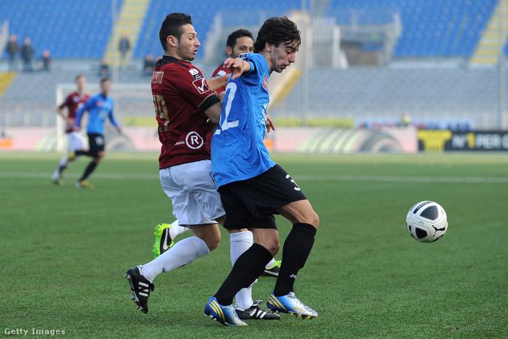 Bruno Fernandes, a Novara Calcio és Simone Rizzato, a Reggina Calcio játékosának küzdelme a labda felett 2013. március 2-án.