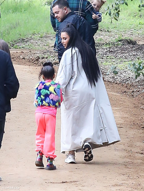 Ez a kép is akkor készült, maikor Kardashianék éppen egy amerikai szertartásra igyekeztek