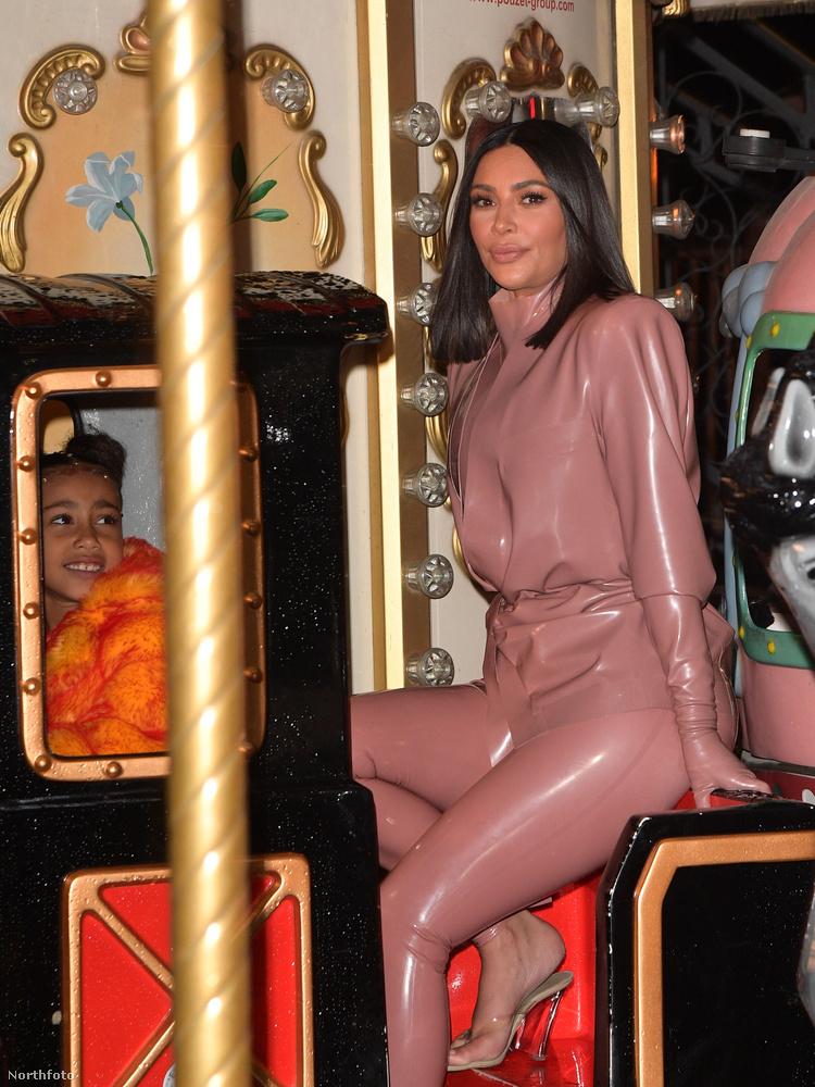 A kép az Eiffel-toronyhoz közel készült, miután a West-Kardashian család megebédelt, felültek egy játékmozdonyra