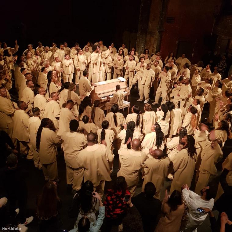 És ha már annyit írtunk arról, miben érkeztek istentiszteletre celebjeink, megmutatjuk, hogyan néz ki maga a szertartás