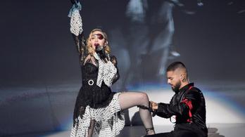 Elsírta magát fájdalmában Madonna a párizsi koncertjén