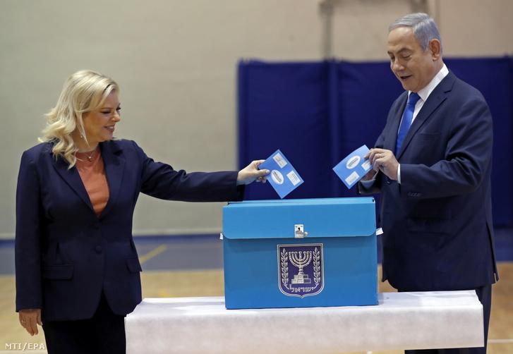 Benjámin Netanjahu és felesége Sara Netanjahu leadja szavazatát az izraeli parlamenti választásokon Jeruzsálemben 2020. március 2-án.