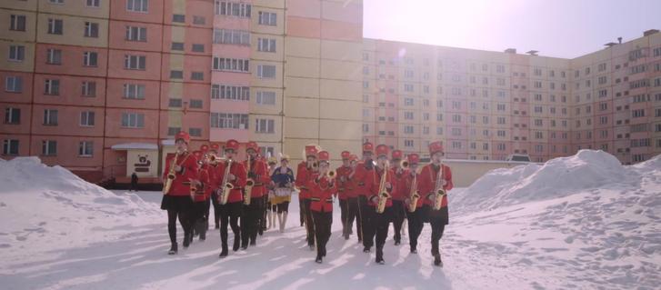 Ifjúsági fúvószenekar a hófútta norilszki lakótelepen