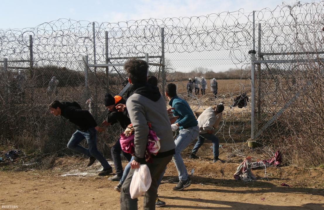 Menekültek köveket dobnak ma a török-görög határon Pazarkule határátkelőnél, Edirne közelében
