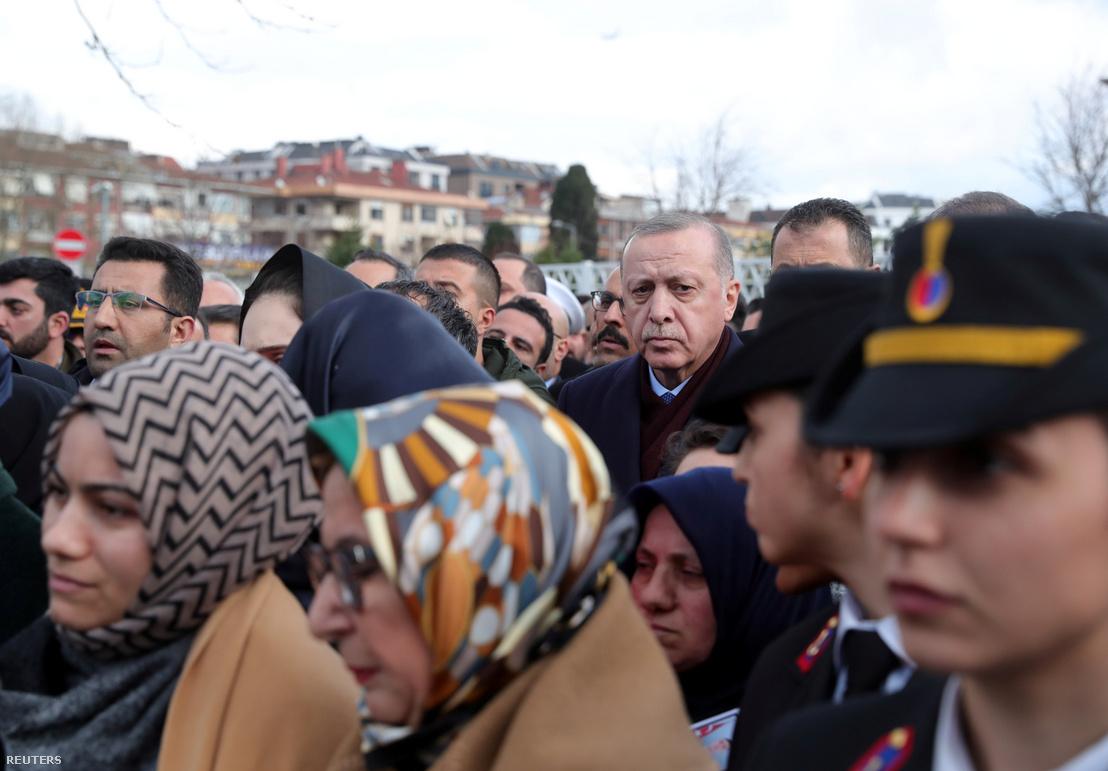 Erdogan az Idlíbben elhunyt török katona Emre Baysal temetésén 2020. február 29-én