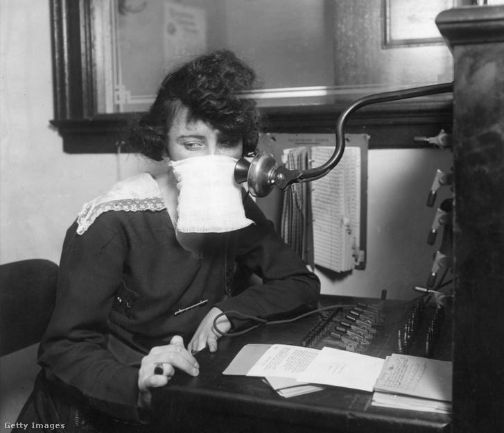 Védőmaszkos telefonközpontos kisasszony 1918-ban