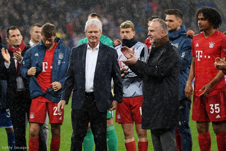 Karl-Heinz Rummenigge és Dietmar Hopp (középen) a játékosokkal együtt tapsolnak a közönségnek a Hoffenheim - Bayern München mérkőzés után Sinsheimban 2020. február 29-én