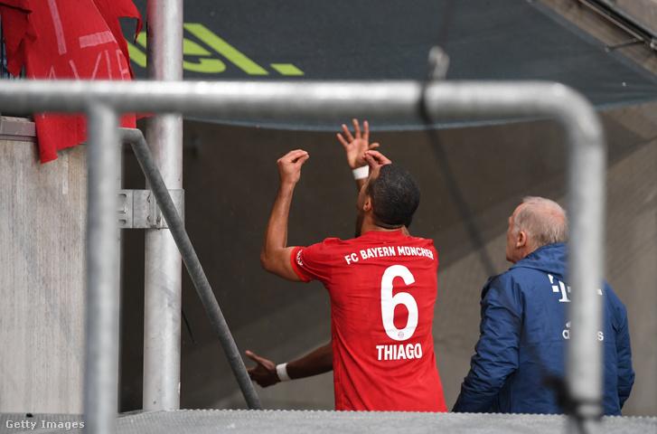 Thiago Alcantara és más Bayern játékosok vitatkoznak a szurkolókkal, hogy szedjék le a Hoppot becsmérlő bannert a Hoffenheim–Bayern szombati mérkőzésen Sinsheimben