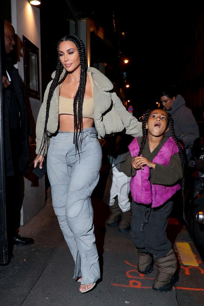 Kim Kardashian persze itt is trükközött, hiszen bár a szettje sokat takar, azért a melleinek a felső és az alső része is kikandikál kicsit ebből a csőtopnak csúfolt anyagból