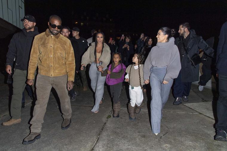 Kardashianék akkora ruhákat öltöttek magukra, hogy kis híján elnyelte őket az anyag