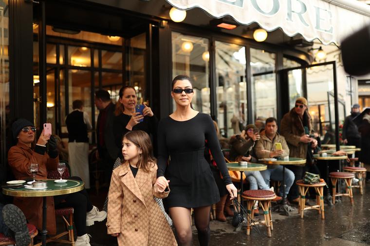 Kourtney Kardashiant a 7 éves Penelope Disick kísérte el