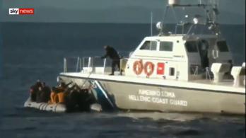 Bevándorlókkal teli csónak felé lőttek a görög parti őrök