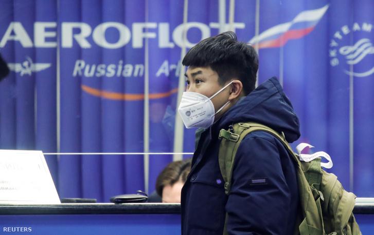 Utas maszkban a moszkvai Serementyevo repülőtéren 2020. február 4-én