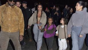 Kardashianék susogós nadrágban húzták maguk után a lányaikat a párizsi divathéten