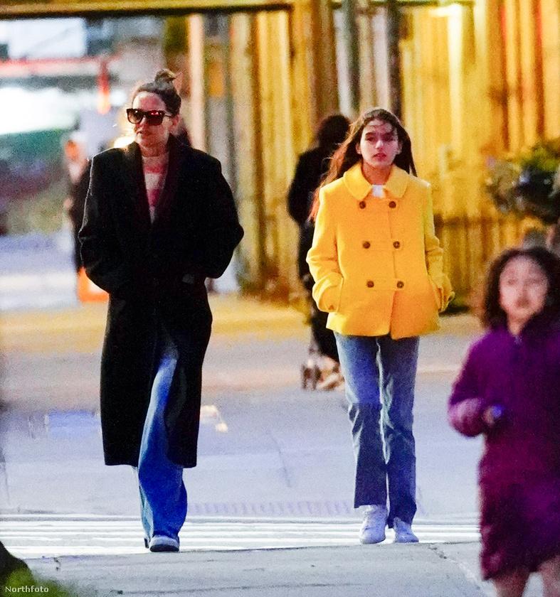 A hölgyek egészen sötétedésig együtt sétálgattak a városban, megmutatva mindenkinek stílusos outfitjüket.