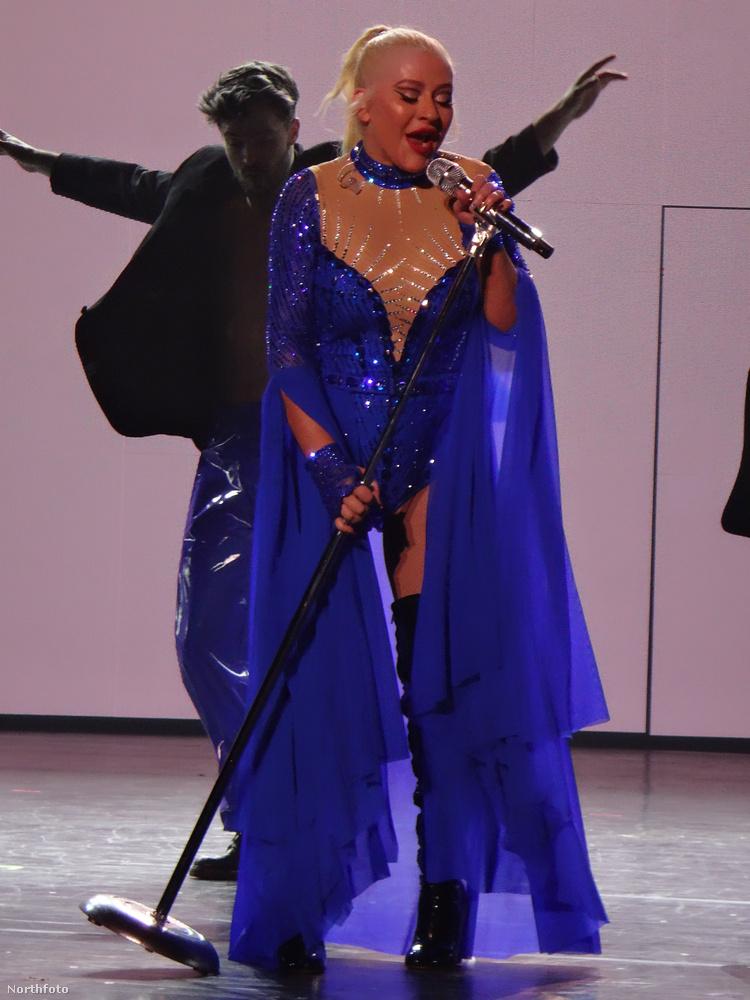 Ez a kék szett a visszafogottabb ruhái közül való, de ne feledkezzünk el a minikonytokról, amikkel Aguilera tavaly az egész vegasi vállalkozást bejelentette! Vagy ön már elfelejtette őket? Hát akkor kattintson ide, és nézze meg ezt a csodás retrósérót még egyszer!