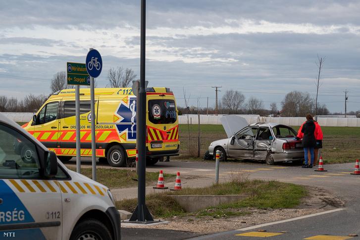 Ütközésben összetört személygépkocsi az 55-ös úton Domaszéken 2020. március 3-án.