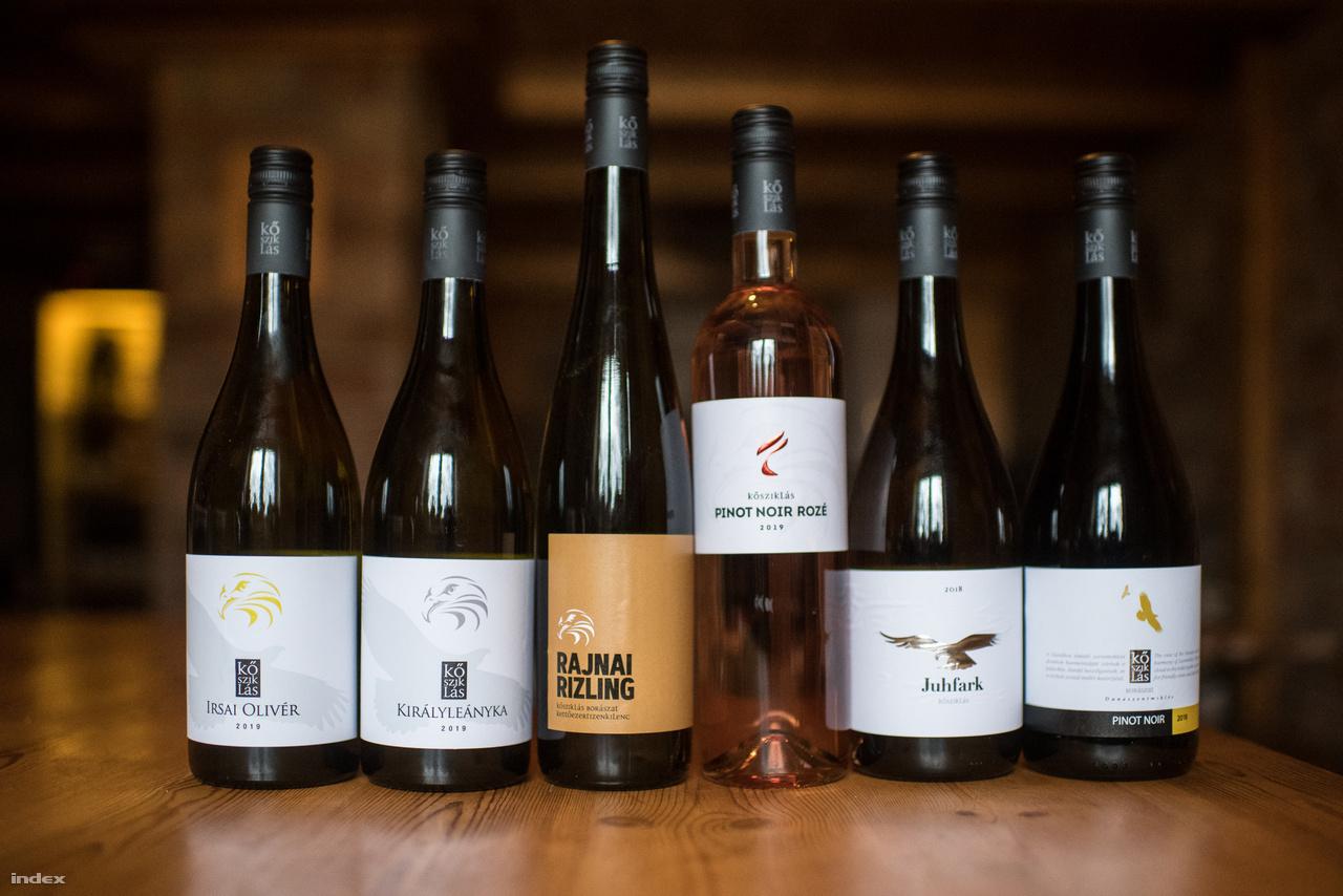 Emmer Szabolcs és Béger Ákos 2008-ban alapította meg a Kősziklást, ami a nevét az egyik dülőjükről kapta. Ugyan felmenőik is készítettek bort, ők mégis inkább elsőgenerációs borásznak vallják magukat, hiszen a család korábban nem professzionális szinten foglalkozott a szőlészettel, illetve a borászattal. Az, hogy kettejük közül melyikük foglalkozik a szőlővel és melyikük a borokkal, időközben felcserélődött. És ugyan az elmúlt bő tíz évben az évi ezer palackos mennyiség évi 100 ezer palackra nőtt, létszámban nem lettek sokkal többen, mindössze két alkalmazottjuk van egy fiatal borász és egy adminisztrátor, bár ő most családi okokból éppen szabadságon van. Számukra a pince nem hobbi, és ha nem mondanák, a sorok közül akkor is könnyű lenne kiolvasni, hogy mindenük a cég, igaz, Béger Ákosnak van egy másik munkája is, ő Dunaszentmiklós polgármestere 2014 óta.