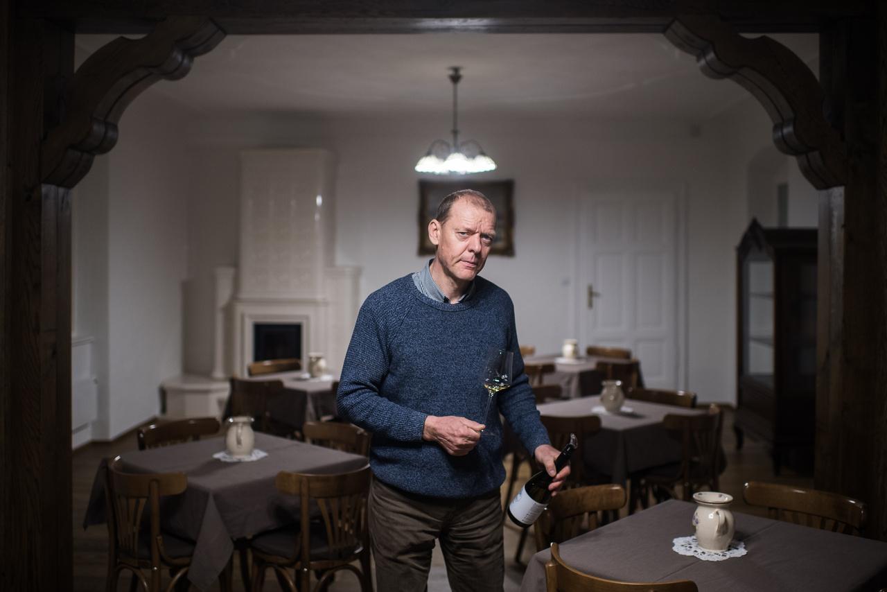 """Maller Zsolt családjában mindig volt szőlő, de sokáig utálta, mivel """"ez 19 éves tinédzserként, aki inkább diszkóba járt volna, mintsem hogy hajnalban keljen és elinduljon a szőlőbe, maga a halál volt"""". Nem szerette sem a szőlőt, sem a családi bort, úgyhogy végül építésztechnikusnak kezdett tanulni. A rendszerváltás után azonban mégis visszakerült a mezőgazdaságba, amihez párhuzamosan elkezdett tanulni egyből két szakot is: aztán 2000-ben egy borászattal kapcsolatos vizsgára tanulva kinyitott egy üveg bort, hogy """"ne kelljen az anyagot szárazon tanulni"""", ekkor jött rá, hogy lehet igazán jó borokat is készíteni. Feleségével ezután elkezdtek borvidékeket bejárni, információkat gyűjtöttek, végül pedig elkészítették első saját borukat, amivel beneveztek egy helyi versenyre is, amit egyből megnyertek."""