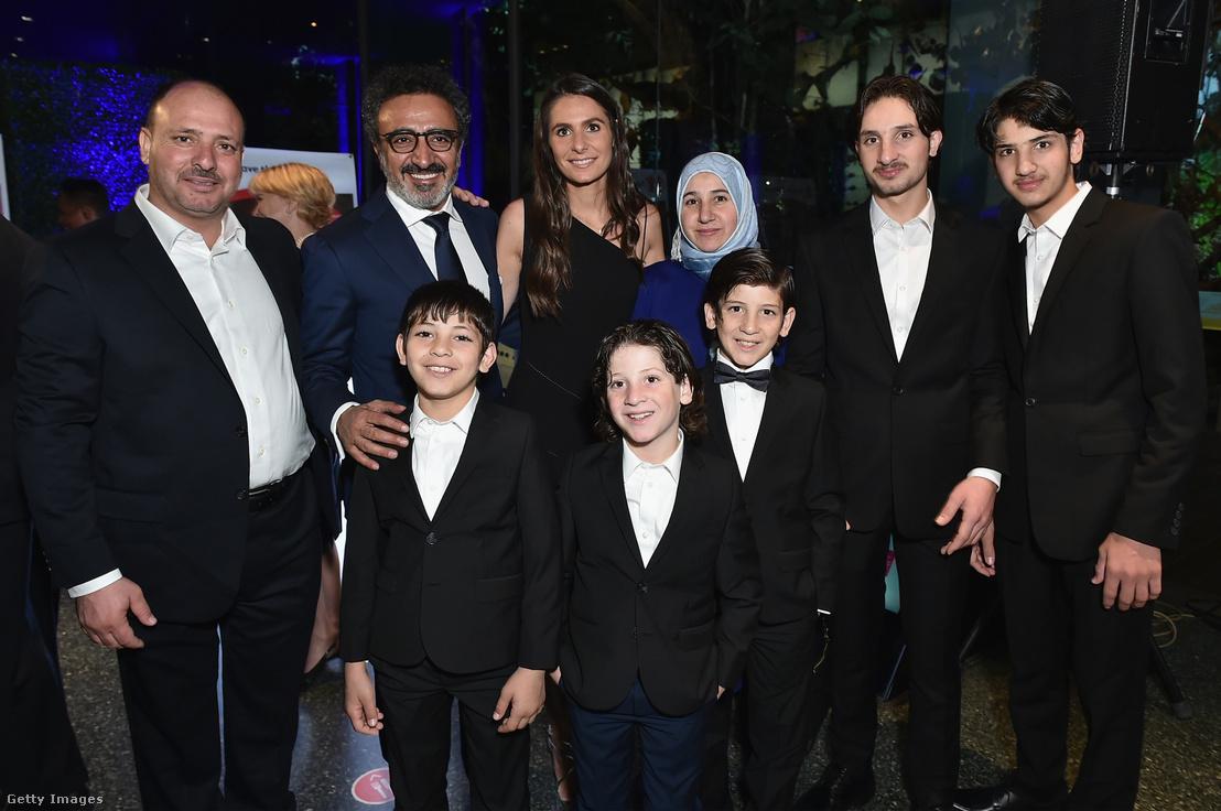 Hamdi Ulukaya és Louise Vongerichten szíriai menekült gyerekekkel a Save the Children jótékonysági gálán New Yorkban 2017-ben.