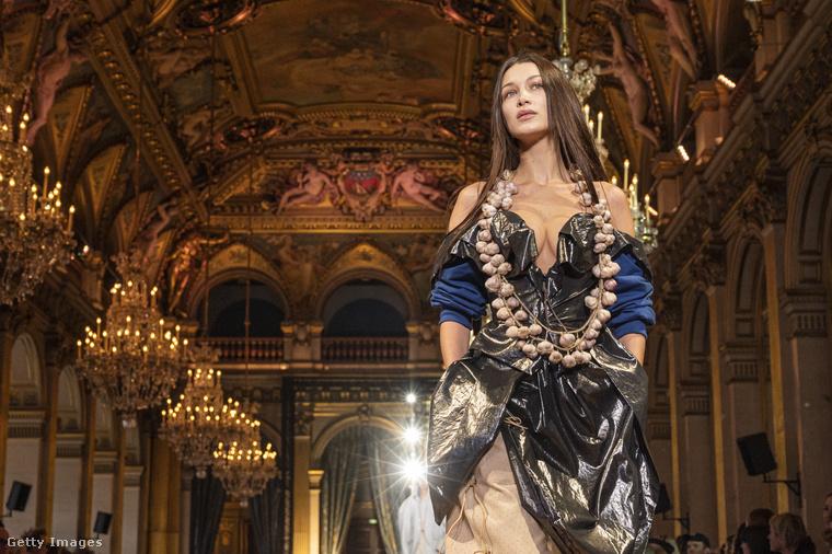 Egy ilyen teátrális ruhához teátrális színhely illik, fal- és mennyezetfestményekkel, aranyozott csillárral
