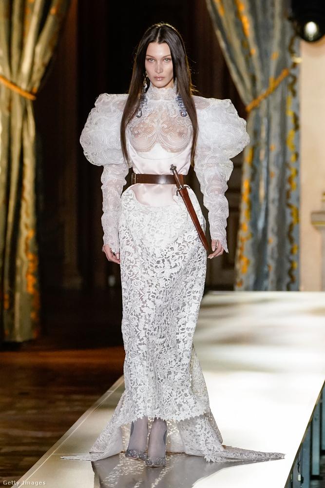 Ugyanaz a divatbemutató, másik szett, amit a nudizmust el nem ítélő menyasszonyok figyelmébe ajánlunk.