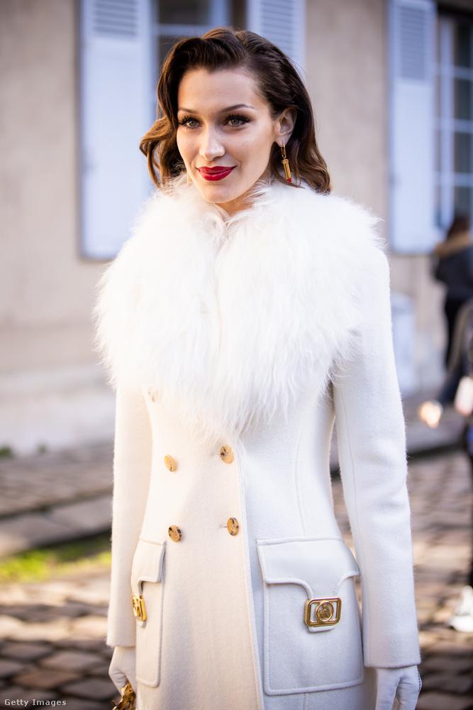 Tűzpiros rúzs, hófehér szőrmés kabát