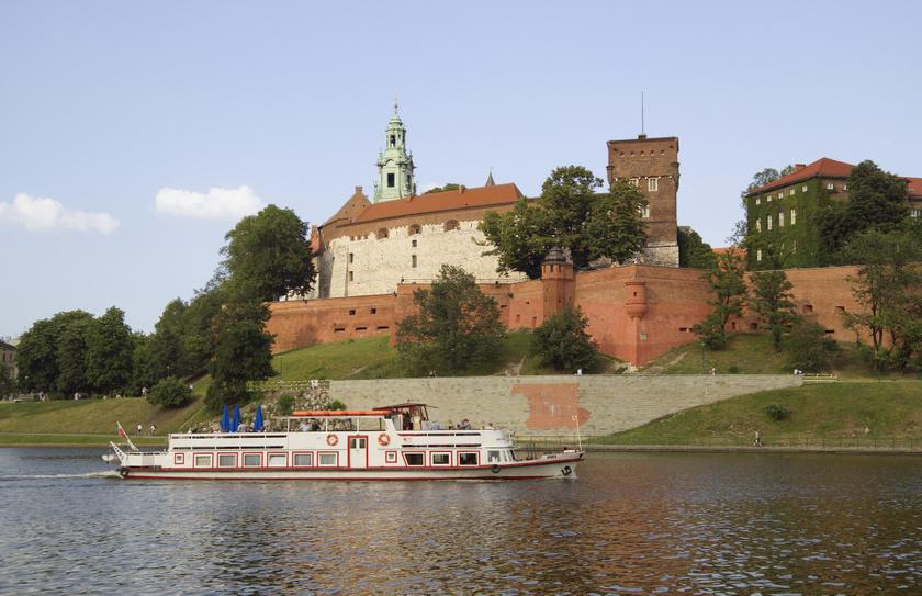 Krakkó leghíresebb látnivalója a Wawel-domb Krakkó várfalaival. Főszékesegyháza a királyok koronázási és temetkezési helyszíneként működött évszázadokon keresztül.