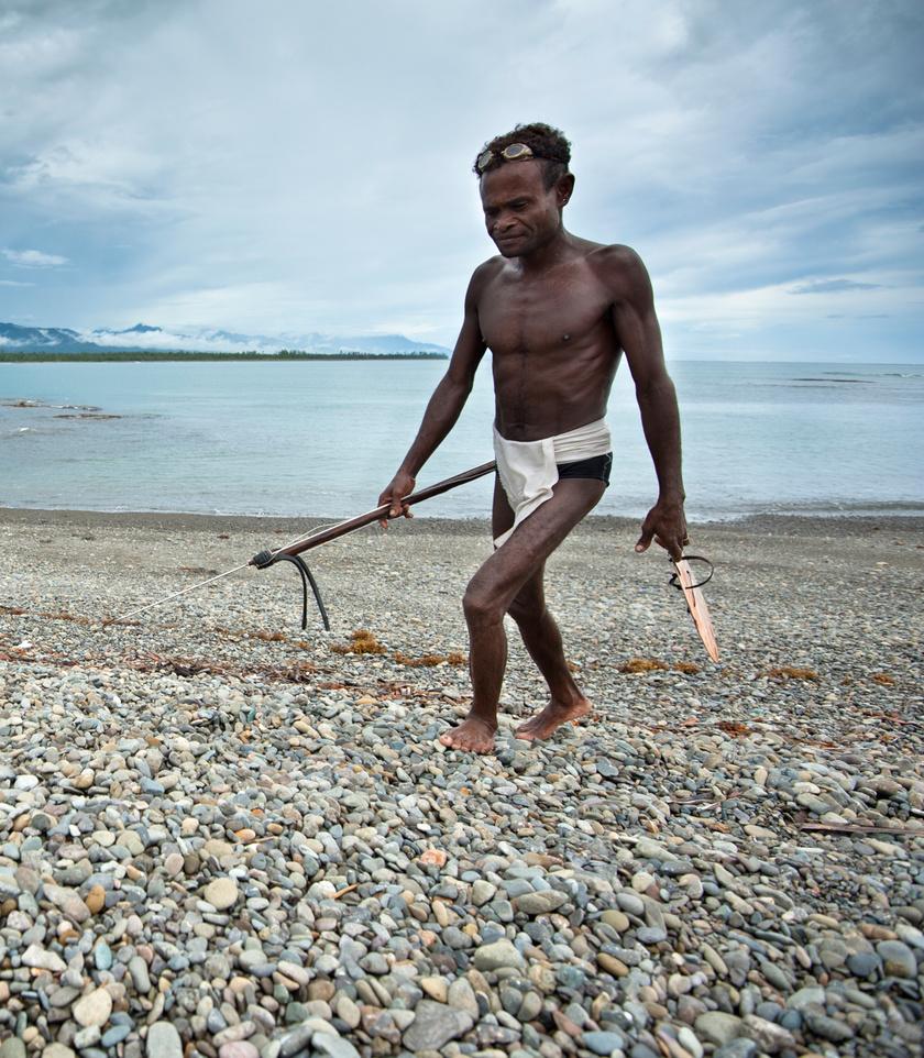 Agta férfi halászat után.