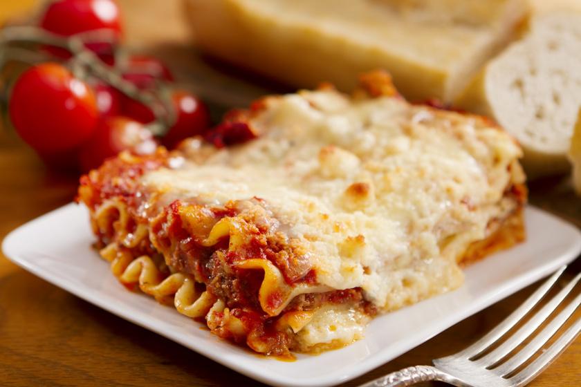 A lasagne a világ második legnépszerűbb étele a pizza után. Legtöbbször paradicsomos, darált húsos bolognai raguval készül, amiből nem hiányozhatnak a kedvelt mediterrán fűszerek, az oregánó vagy a bazsalikom sem. A tetejére pedig vastag sajtréteg kerül.