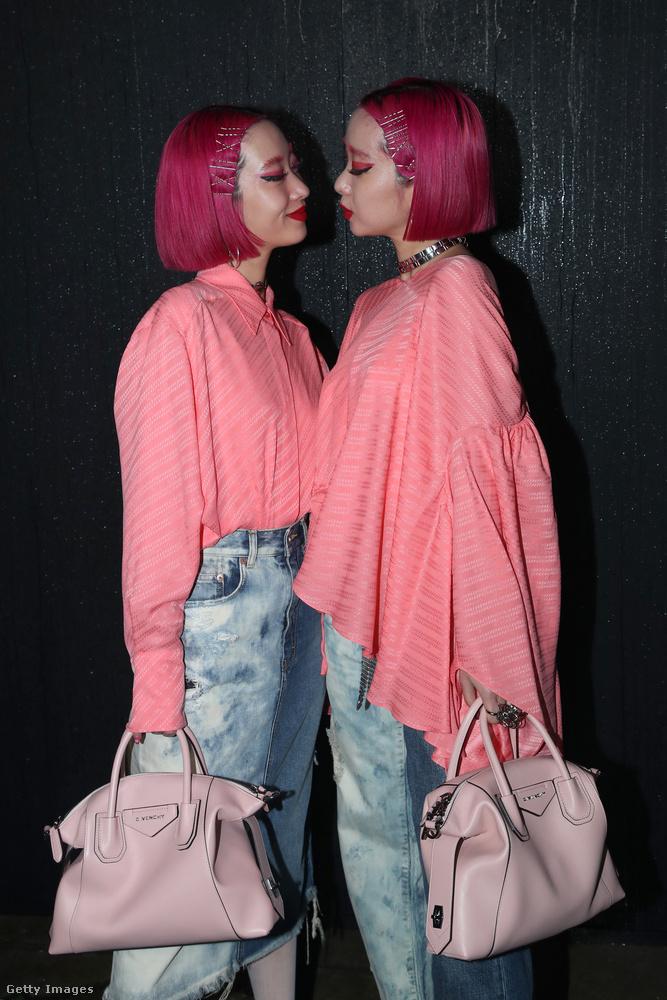 Szintén vasárnap volt a Givenchy bemutatója, és nemhogy új öltözéket ki tudtak találni maguknak, még új póz is eszükbe jutott a fotózáskor.