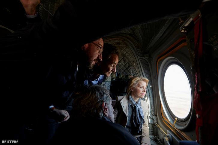 Ursula von der Leyen (jobbra), az Európai Bizottság elnöke, Kyriakos Mitsotakis (középen), görög miniszterelnök, David-Maria Sassoli, az Európai Parlament elnöke és Charles Michel (balra), az Európai Tanács elnöke helikopteren nézték meg a mai napon a görög-török határt Evrosnál