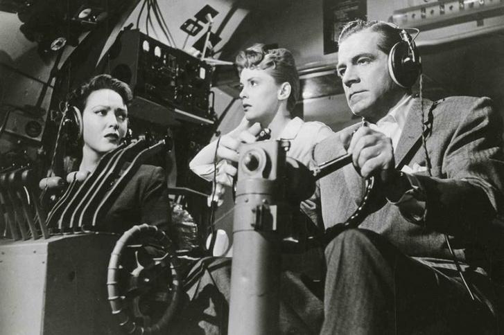Dana Andrews, Linda Darnell és Peggy King a Zero Hour! című film egyik jelenetében (1957)