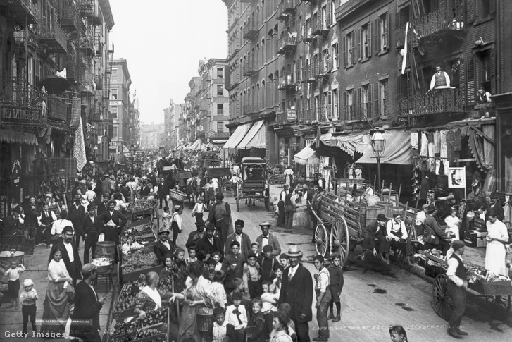 Mulberry Street, New York 1900.