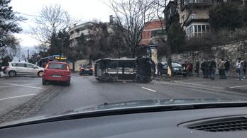 Fának ütközött, és felborult egy autó a Bimbó úton