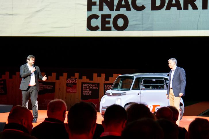 A FNAC DARTY áruházlánc elnöke a színpadon. Ízleljük a mondatot: elmentem a FNAC-ba, vettem egy bluetooth-hangszórót és egy Citroen Amit
