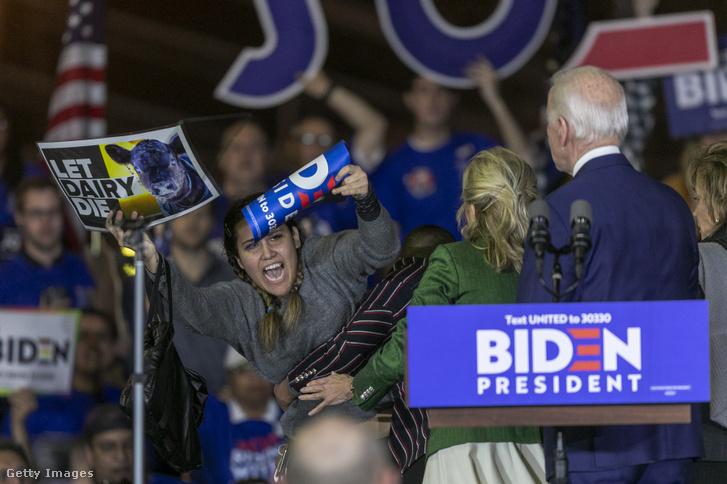 Ellentüntetők a színpadon Biden beszéde közben