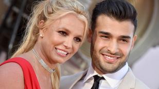 Britney Spears mellvillantós képekkel köszöntötte fel a pasiját, követői mégis a sminkje miatt morgolódnak