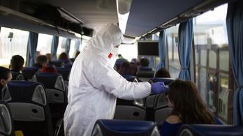 Busszal érkeztek Budapestre a koronavírusos egyetemisták