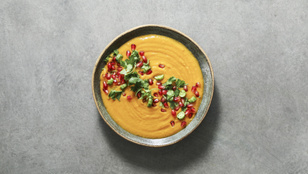 Jöhet egy izgalmas leves? Füstöltsajt-krémleves friss gránátalmával